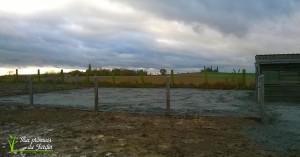 Paddock en sable vert 15x15, bordure en billes de chemin de fer, clôtures piquets en béton